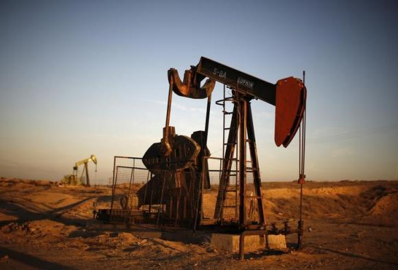 Oil ends mixed after mild rig count drop, heating oil spikes