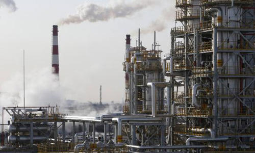 Oil falls 2 percent on glut worries; heating oil up on tight supply