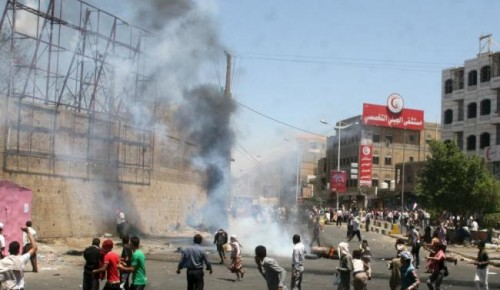 Anti-Houthi protesters demonstrate in Yemen's southwestern city of Taiz March 22, 2015.