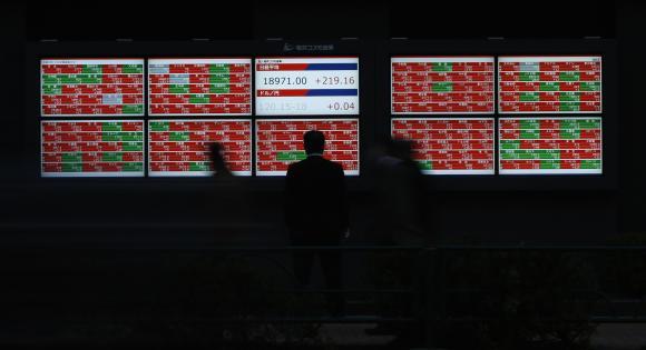 Asian shares rise as South Korea cuts rates, euro sags