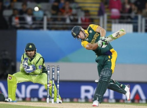 South Africa's AB de Villiers hits a shot watched by wicketkeeper Sarfaraz Ahmed. –Reuters