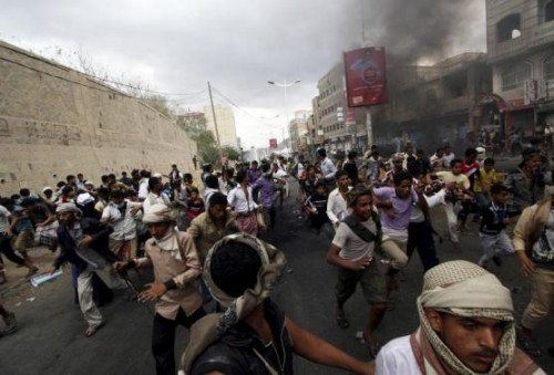 Anti-Houthi protesters run as pro-Houthi police troopers open fire in the air to disperse them in Yemen's southwestern city of Taiz March 23, 2015.