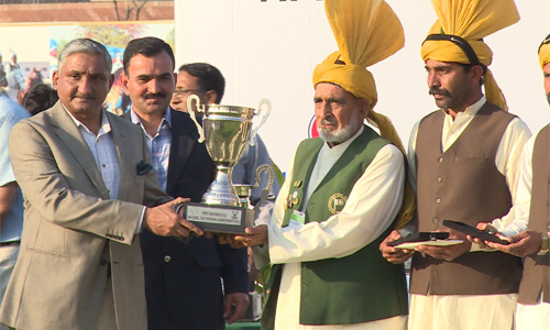 Chief guest Corps Commander Lahore Lt-Gen Naveed Zaman gives away the trophy to the winners.