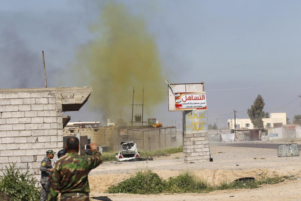 Kurds report more chlorine attacks, Iraq pauses Tikrit offensive
