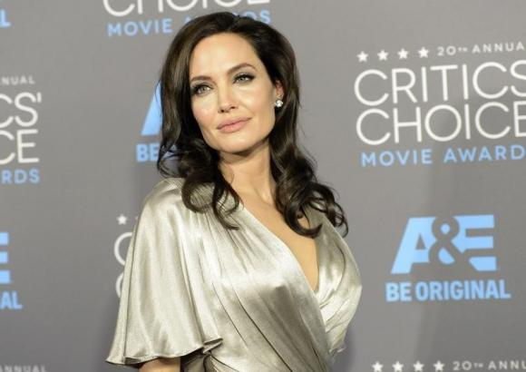 Angelina Jolie has ovaries removed over cancer concern