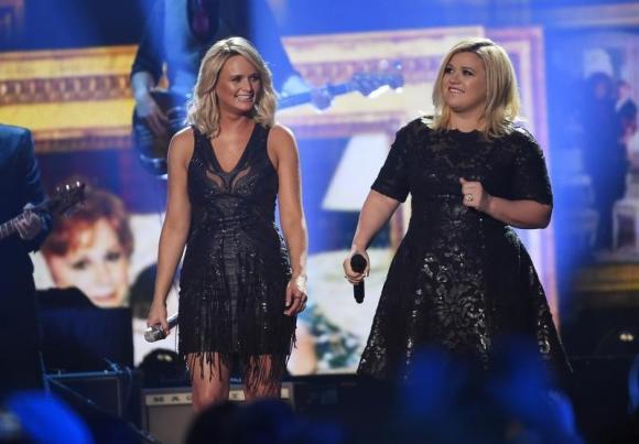 Kelly Clarkson's 'Piece By Piece' debuts atop Billboard 200