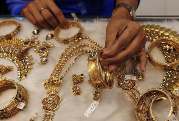 Two arrested for trying to smuggle 15K gold, foreign currency