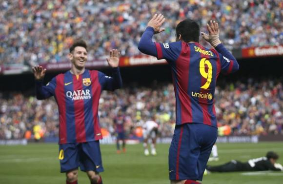 Messi takes Barca top, bitter sweet for Villa
