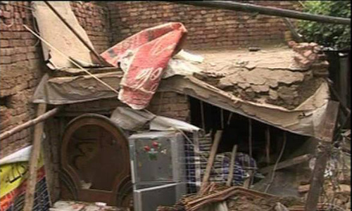 Man, two daughters die as roof caves in Lahore Gawalmandi area