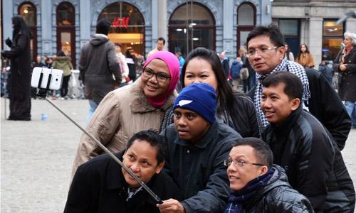 US museum bans selfie sticks