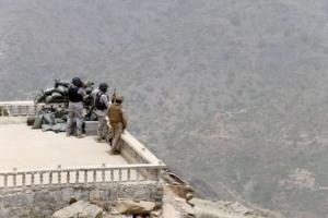 Yemeni fighters attack Houthis as aid flights delayed