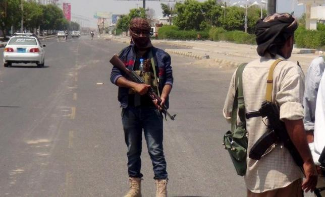 Saudis airdrop arms to Aden defenders, Houthis pull back