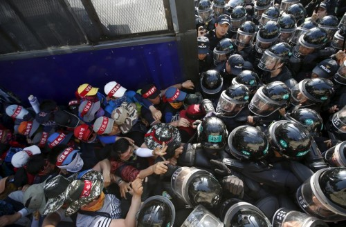 Workers from the Korean Confederation of Trade Unions (KCTU) scuffle with riot police during a May Day rally in central Seoul, South Korea, May 1, 2015. REUTERS