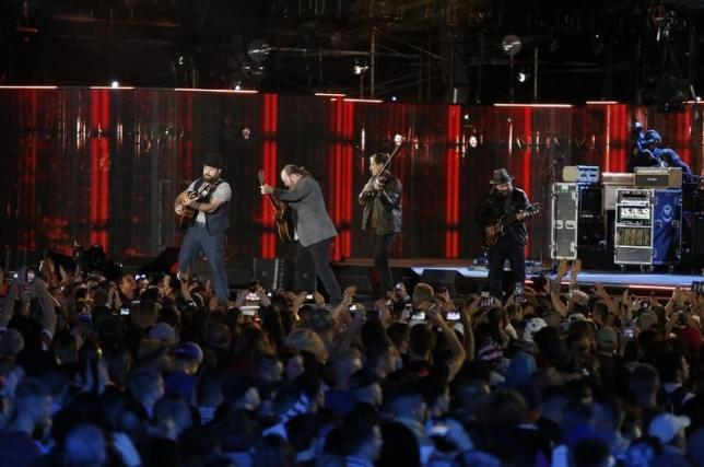 Zac Brown Band beats Groban to take top spot on Billboard 200