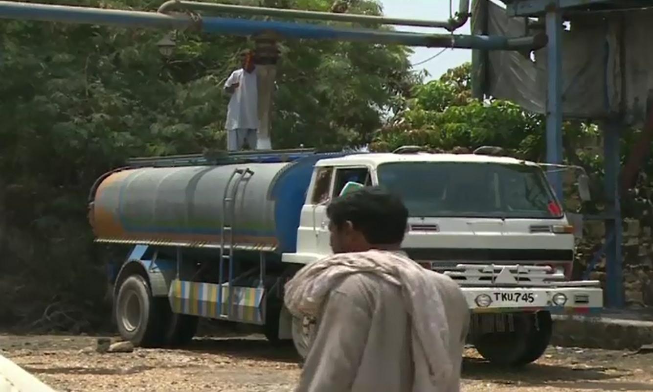 Tanker mafia start stealing water from Karachi canals