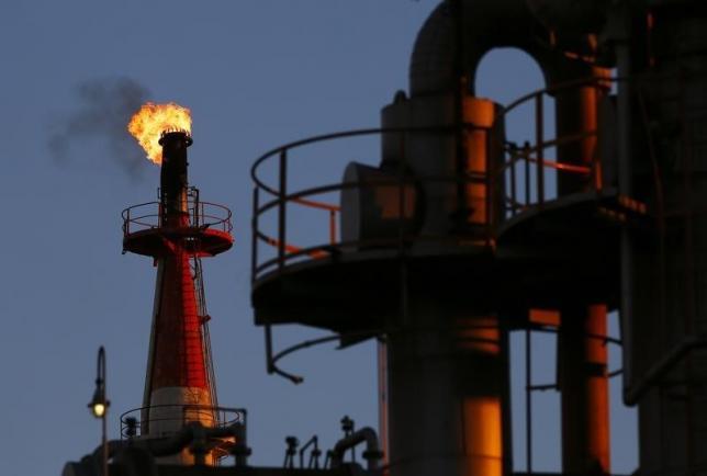 US crude resumes fall as investors seek safe havens