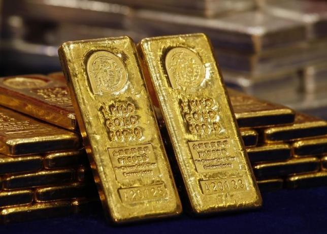 Gold extends weakness after worst month in 2 years