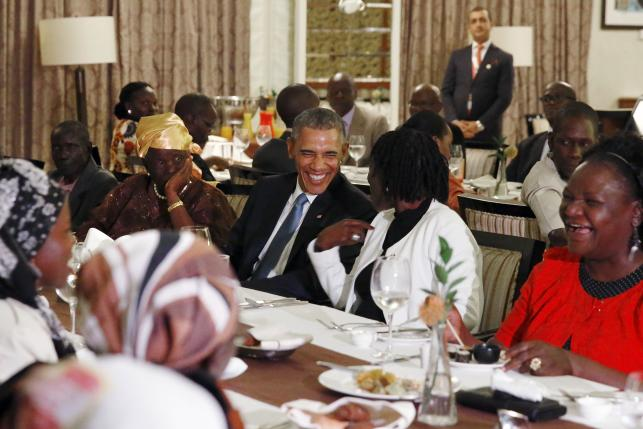 Obama dines with Kenyan family after arriving in father's homeland