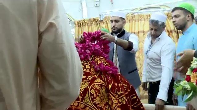 Boxer Amir Khan visits Hazrat Data Ganj Baksh shrine with his wife and brother
