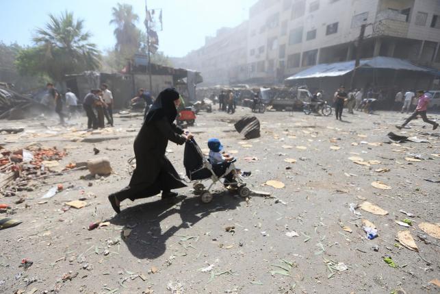 Syrian air strikes kill 31, rebels bombard Damascus