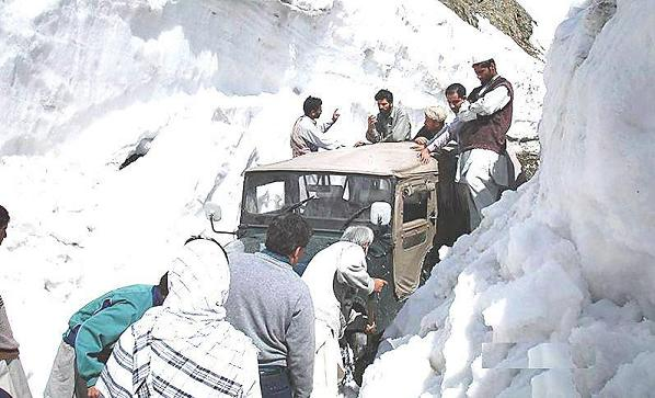 Heavy snow lashes uppers parts of country, tourists stranded