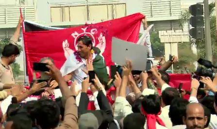 Younis Khan reaches Karachi, given warm welcome