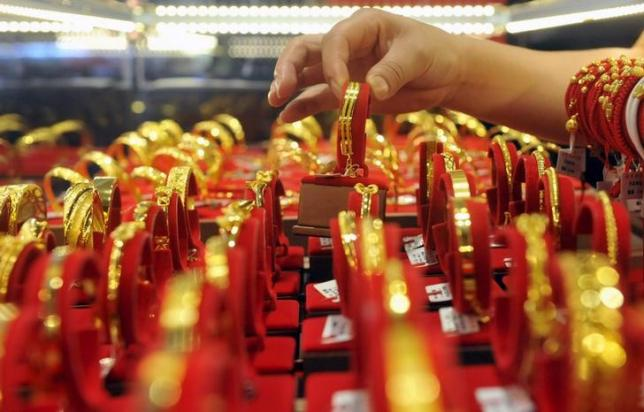 Gold edges towards 3-month low on US rate view