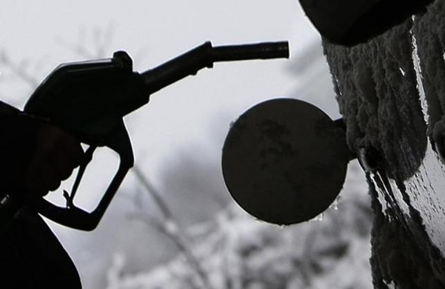 US oil plunges more than 2 percent on supply glut woes