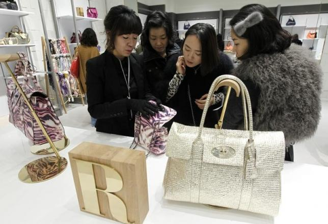 A Swoman For British Fashion Brand Mulberry Talks About One Of The S Bags To Customers At Lotte Premium Outlets In Paju North Seoul
