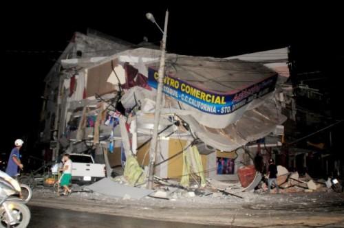 People walk near a damaged house after an earthquake struck off the Pacific coast in Manta, Ecuador, April 16, 2016.  REUTERS/Paul Ochoa