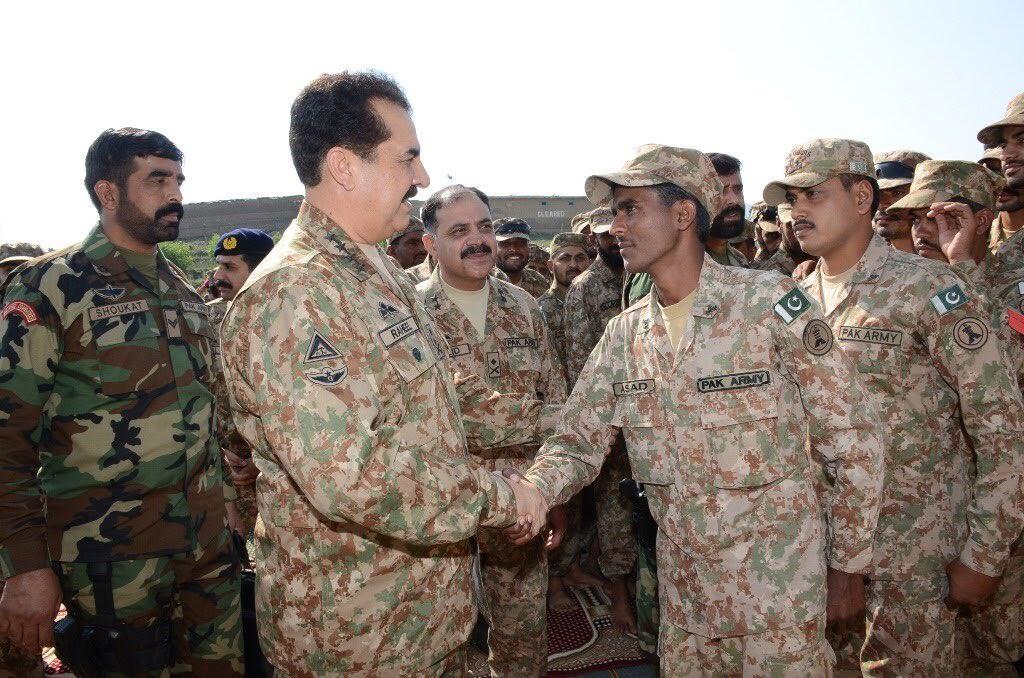 COAS General Raheel Sharif meets jawans in Kail & Bagh sectors