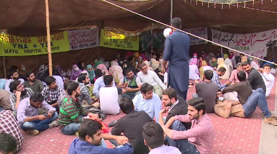 Young doctors, nurses continue protest in Lahore