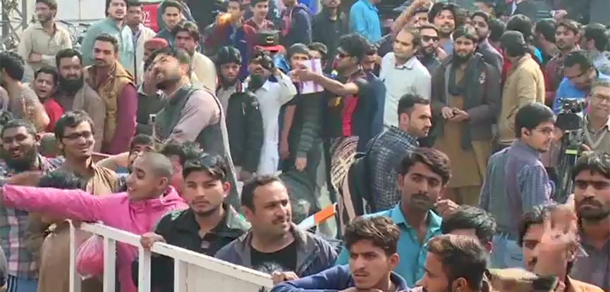 LAHORE 92 News Hundreds Of Fans Around The City Lahore On Thursday Again Queued In Front Banks Looking For Tickets Sundays Pakistan Super