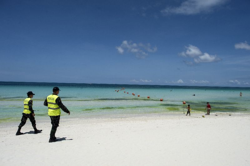 Heavy security as Philippines closes Boracay to tourists