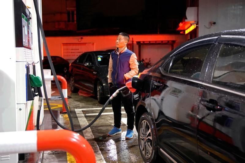 Oil prices edge up on Venezuela, Iran supply worries