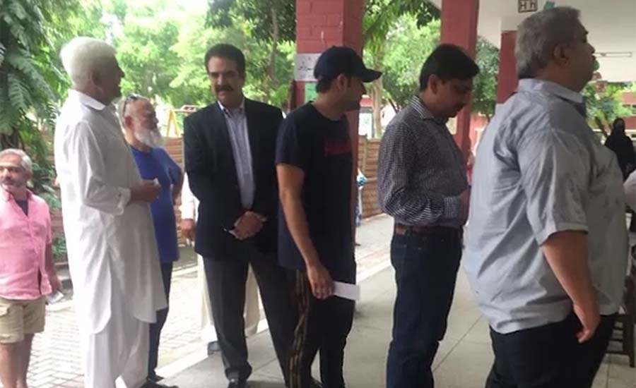 Former army chief Raheel Sharif casts his vote without any protocol