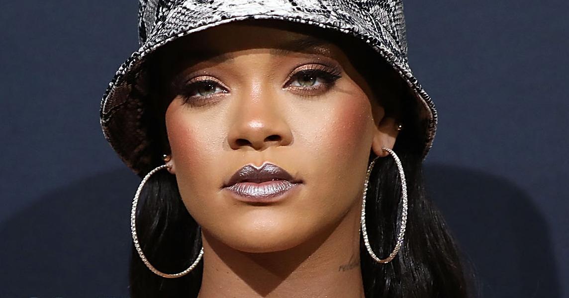 Singer Rihanna turns down Super Bowl show, backs Kaepernick