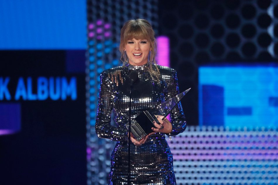 Taylor Swift sets new American Music Award record, urges people to vote