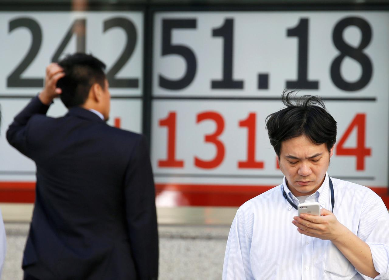 Asia stocks slip as NAFTA lift fades; oil near four-year highs
