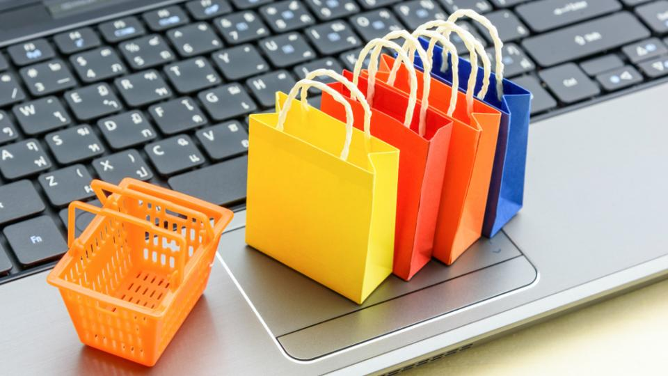 On Thanksgiving Day , more US shoppers chose the computer over the mall