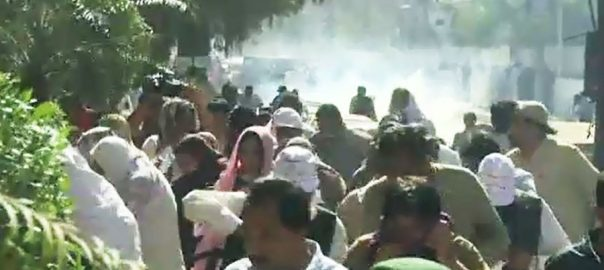 Protesting teachers Karachi beaten tear-gassed Police Sindh government teachers CHief Minister's House baton charges