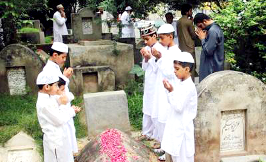 People throng graveyards on Youm-e-Ashur