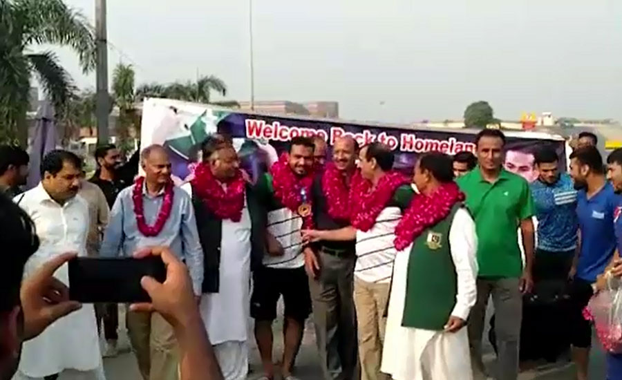Inam Butt Gold medalist Pakistani wreslter warmly welcome welcome Kamuki Lahore airport