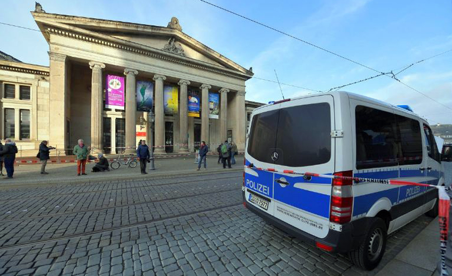 Thieves grab jewels, treasures worth 'up to a billion euros' from German museum