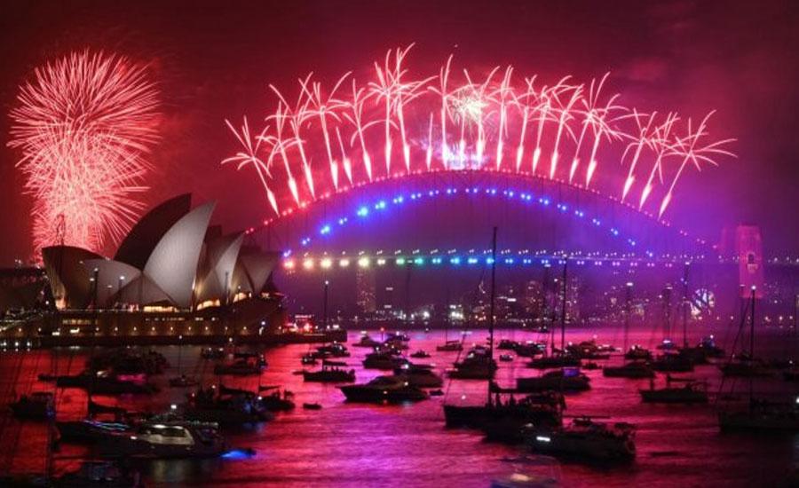 Smoky Sydney kicks off New Year parties with fireworks