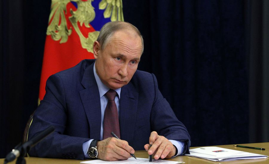 Putin inks law to ban 'extremists' from elections amid Navalny crackdown